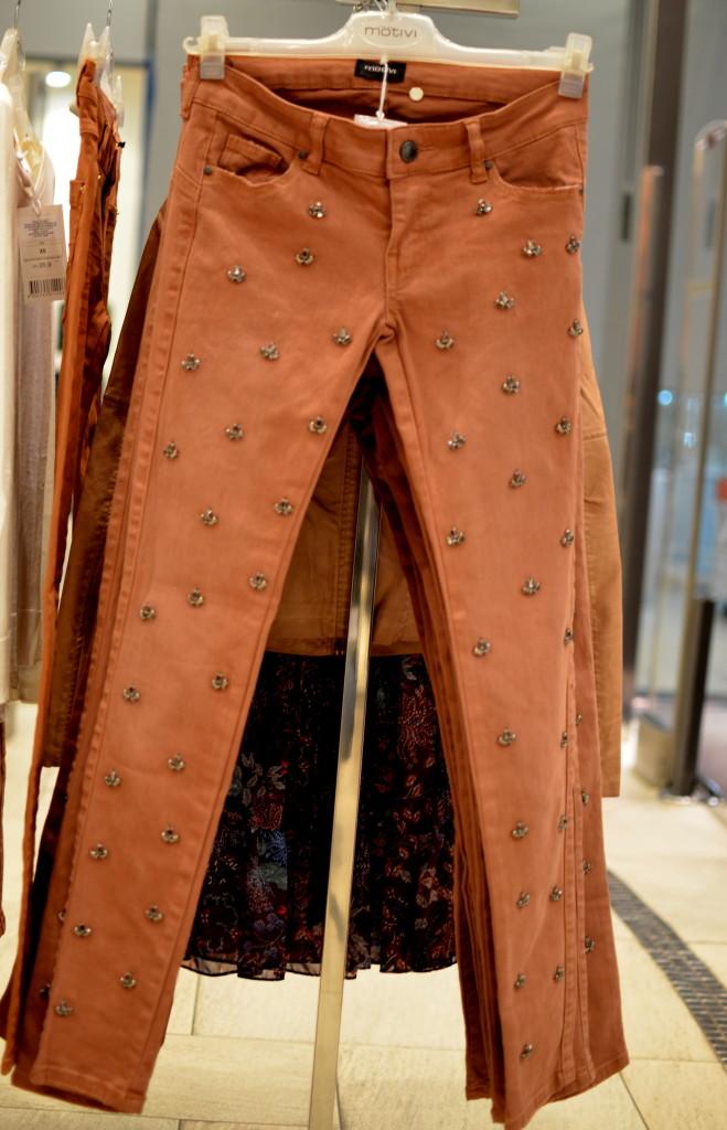 pantaloni-maro-custrasuri-motivi