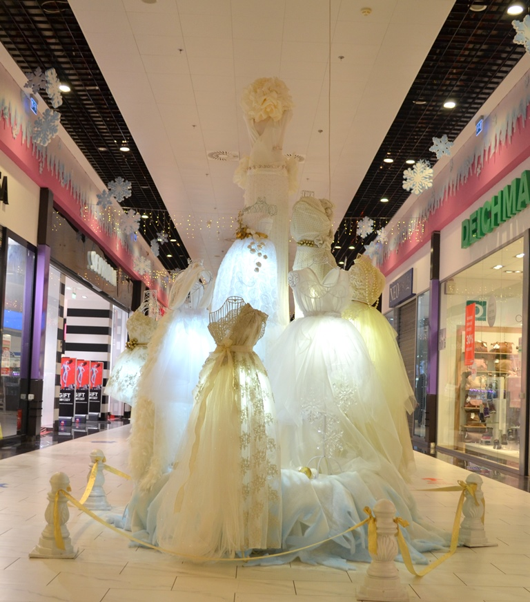 decoratiuni-craciun-centrul-comercial-felicia-brad-rochii-unic